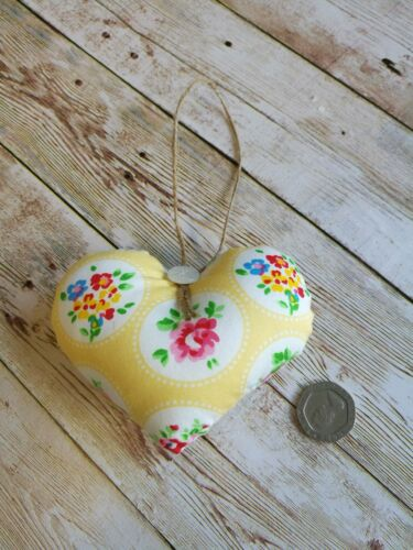 Handmade Shabby chic tissu Hanging Heart décoration Jaune Housse Cadeau