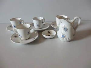 Altes-Porzellan-Puppengeschirr-Geschirrteile-4-Tassen-1-Kaennchen-1-Schaelchen