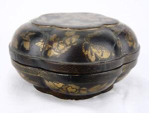 Ancienne boite polylobée en laque à décor de fleurs et papillons Chine