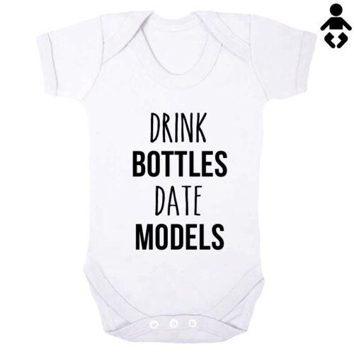 DRINK BOTTLES DATE MODELS cute boy love Baby grow BABY VEST // Bodysuit funny