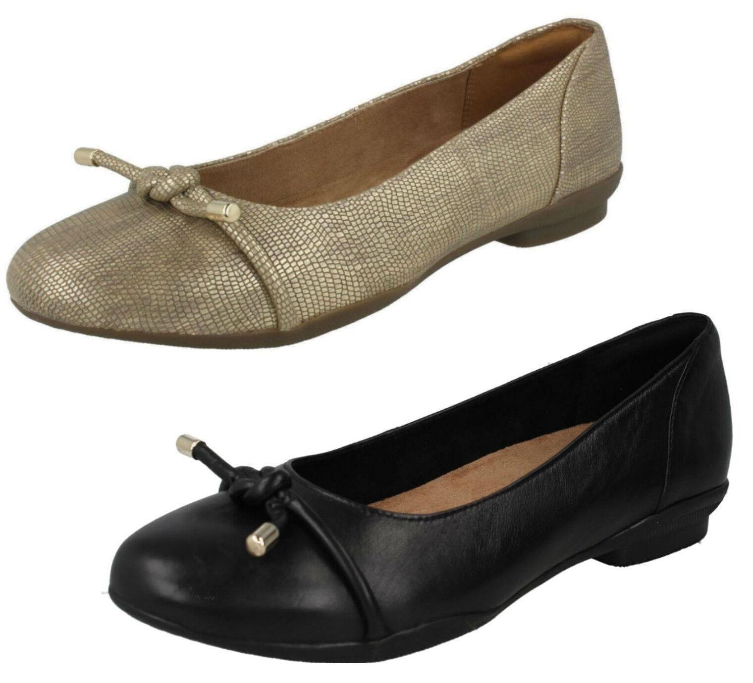 Damen Clarks Unstrukturiert Leder Gleit auf Flach Breite Passform Schuhe Neenah