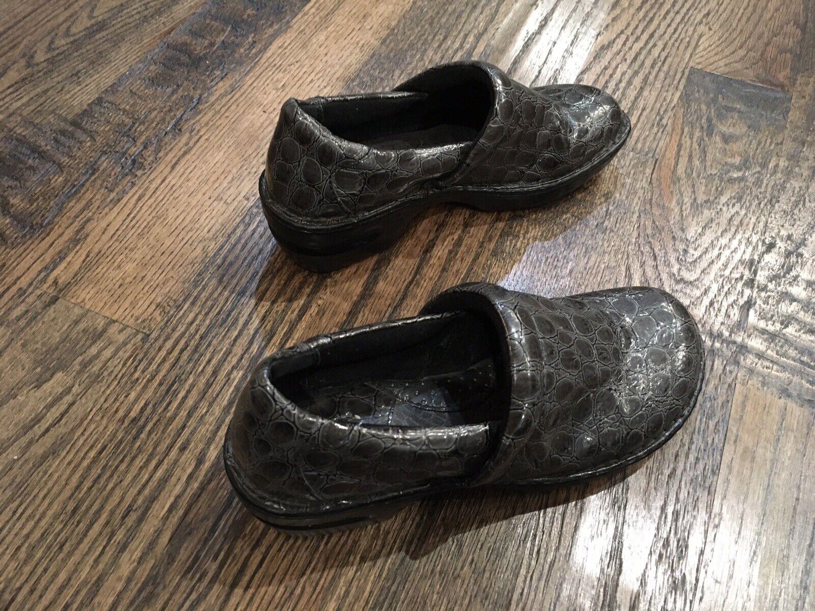B.O.C. BOC Born Nurse Doctor Clogs Sz 9M Gray Faux Crocodile Print Comfort Shoe