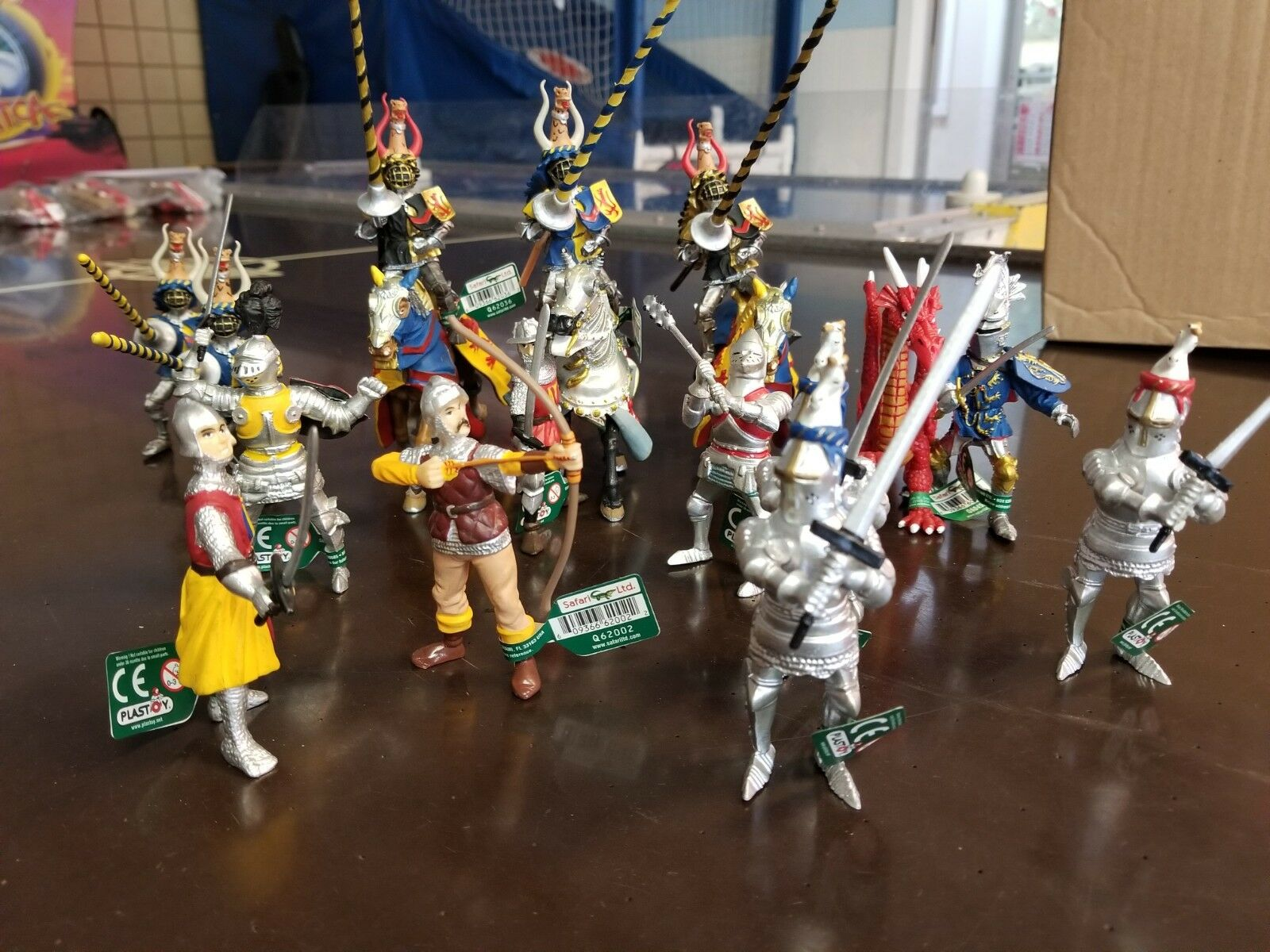 Lot of 18 MEDIEVAL  Action Figures Knights And Horses SAFARI LTD  Hand Painted