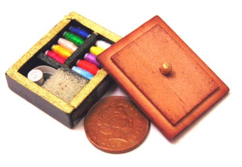 Escala 1:12 Caja de costura de Madera Marrón /& contenido tumdee casa de muñecas en miniatura de D1075
