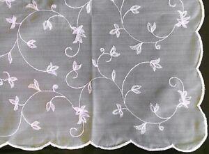 Zarte-Tischdecke-m-gewelltem-Rand-creme-Blumenranken-150-x-150-cm-Kroemer