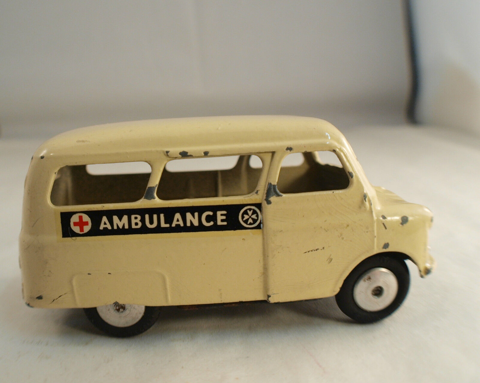 Corgi 412 A1 ambulance Bedford Utilecon ancien
