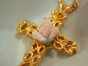 Vintage-70-039-s-Beautiful-Gold-Tone-Cross-Porcelain-Pink-Rose-Flower-Necklace-367a7