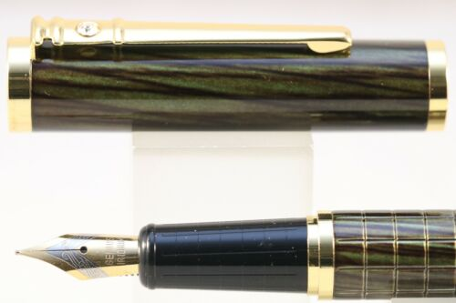 Dikawen No 8035 Dark Green Wood Lacquer Medium Fountain Pen with Gold Trim