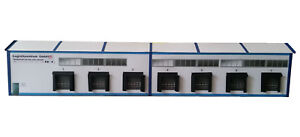 Logistikzentrum-1-87-Logistikhalle-als-Kulisse-HO-Kartonmodellbausatz