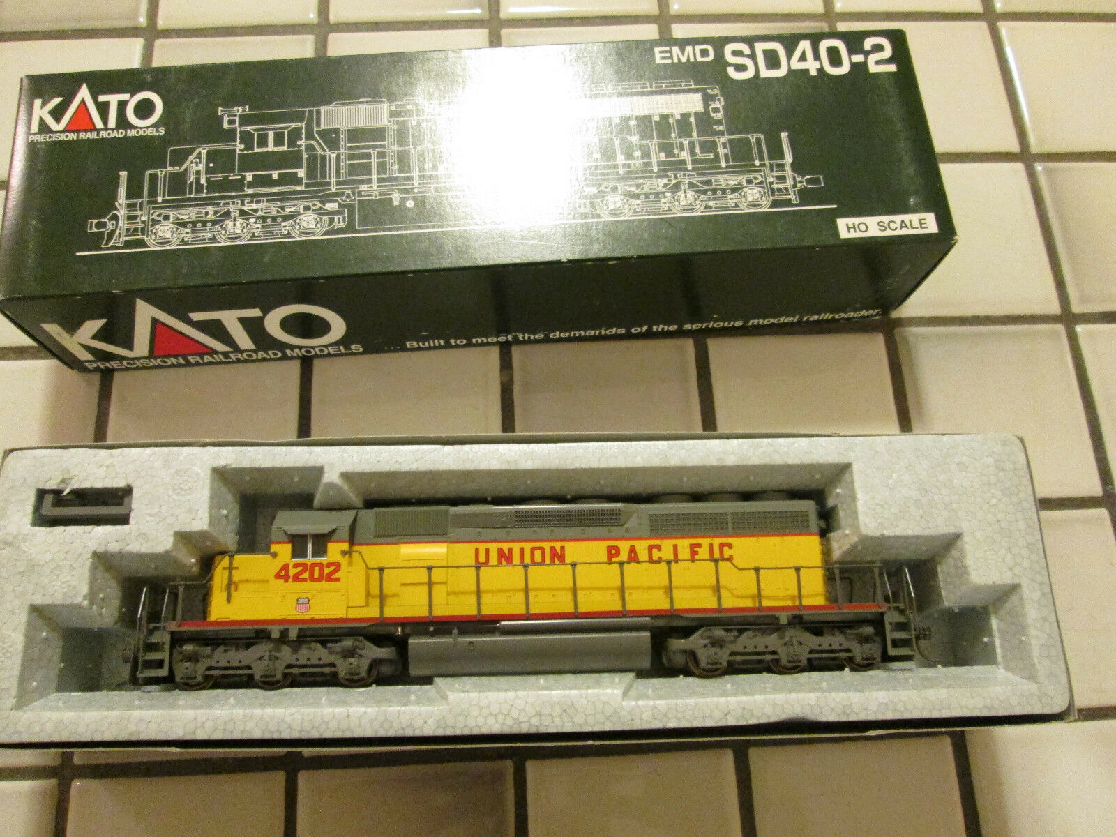 KATO UNION PACIFIC powered engine HO SCALE