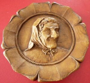 Nice-and-vintage-Wood-Plate-Sculpture-Old-Farmer-Woman-Ornament-WOW