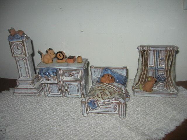 Set 4 miniaturas casa muñeca de cerámica de arte W Gatos Cama Mesa Reloj Habitación de ventana