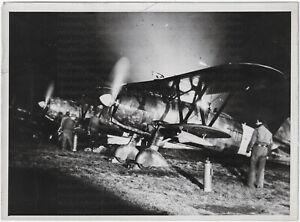 Fiat-CR-42-Jaeger-beim-Nachtangriff-Orig-Pressephoto-um-1940