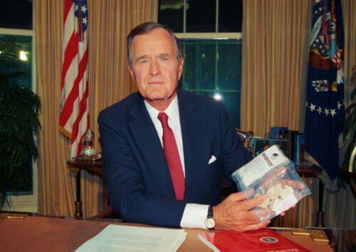 Art print POSTER CANVAS President George Bush Holding Cocaine Evidence
