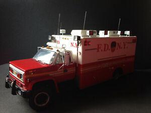 Chevrolet-C65-Ambulance-FDNY-Fire-Truck-F-D-N-Y-Feuerwehr-1-16-Code-3-1-18Figur