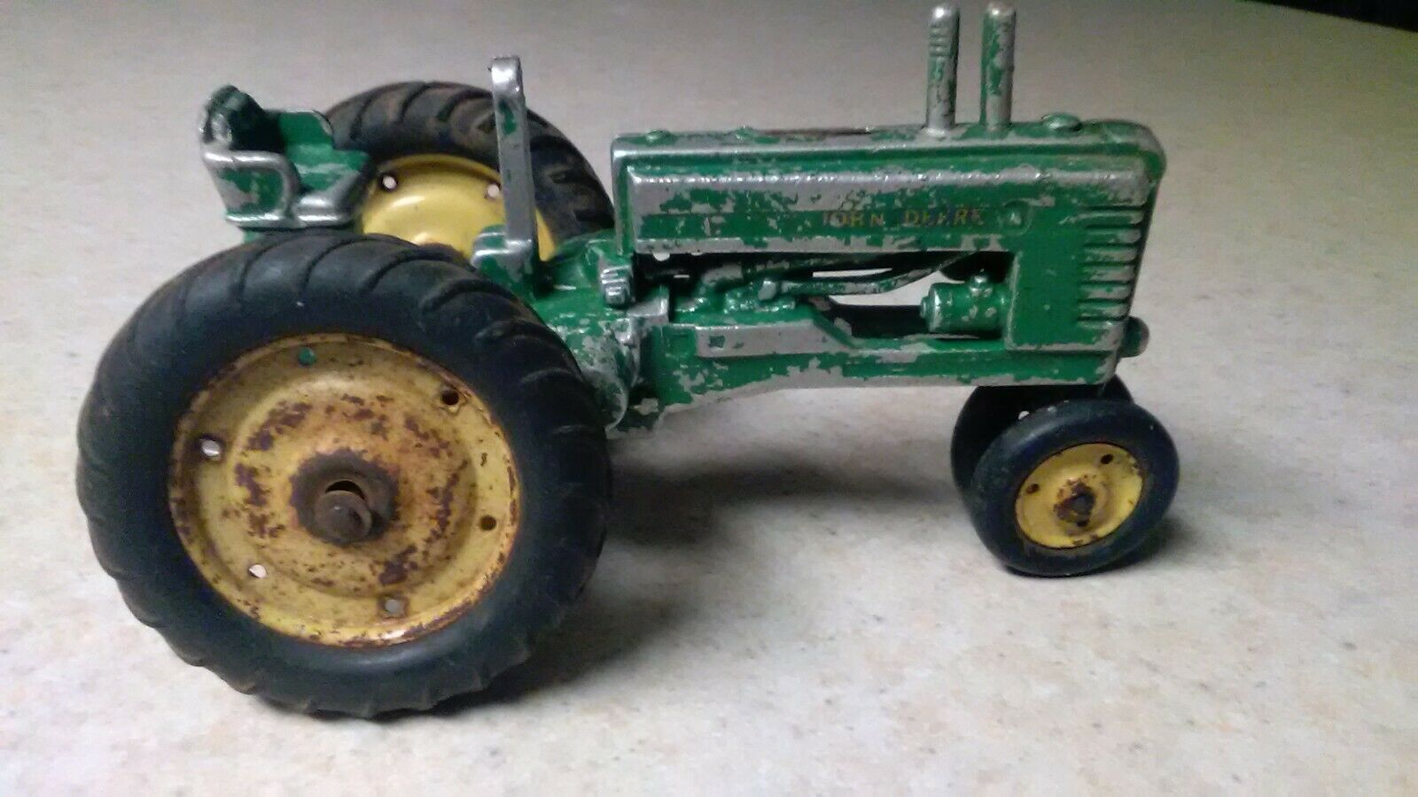 VINTAGE RARE JOHN DEERE  B  TOY TRACTOR original - missing steering wheel