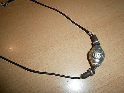 1 Halskette - Schwarz - Kautschuk - Silberfarbener Anhänger-rund-neu/ungetragen Verhindern, Dass Haare Vergrau Werden Und Helfen, Den Teint Zu Erhalten