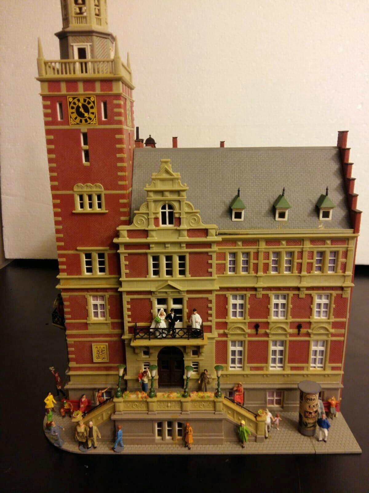 Kibri  H0 Rathaus mit vielen Preiser Faller  Figures