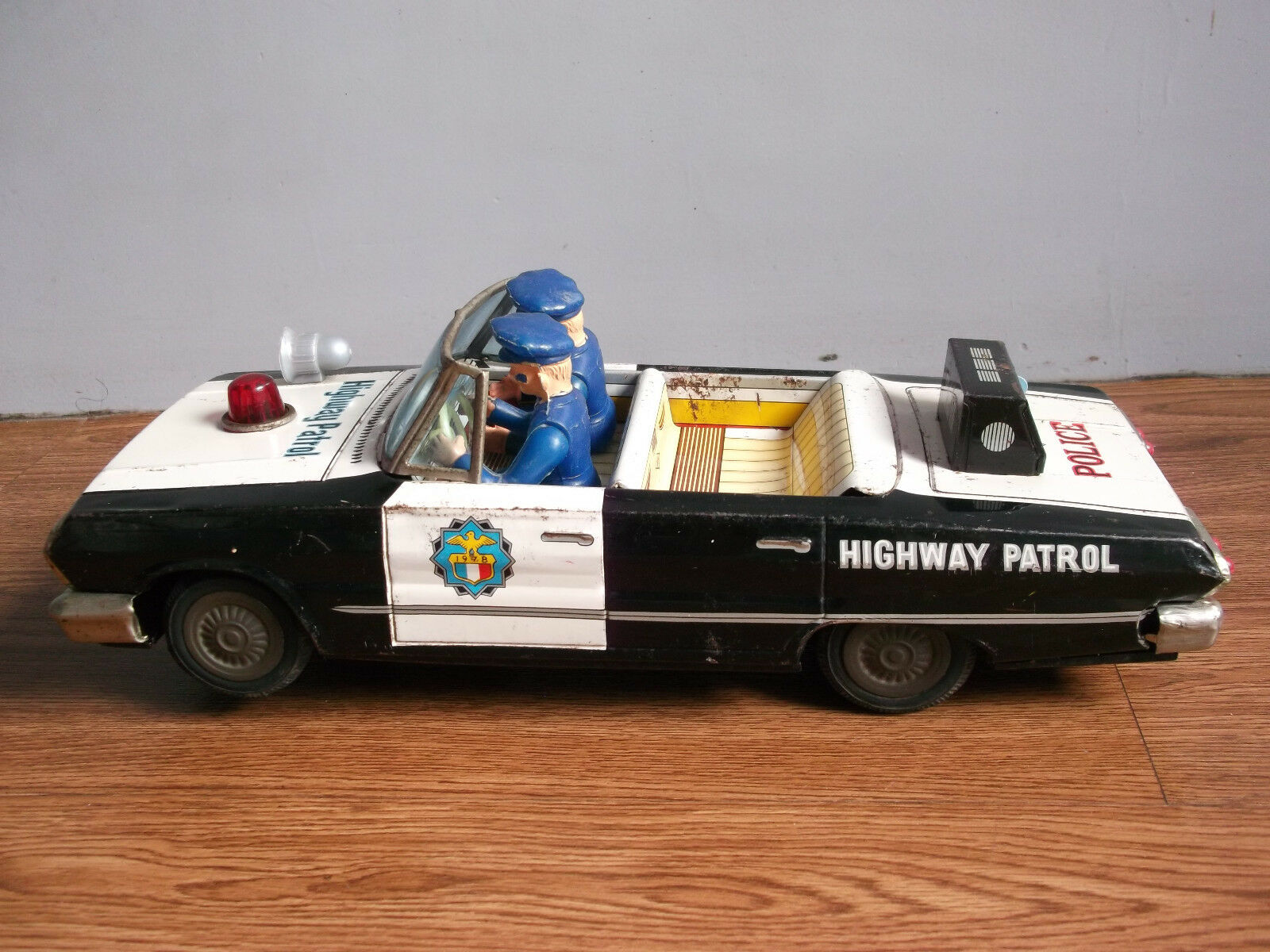 Rare vintage battery powered CHEVROLET open police tin tin tin toy car made in Japan. 890a57