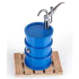 Dingler-Olfass-blau-mit-Pumpe-und-Holzpalette-Massstab-1-32-Spur-1-1Z-134-01