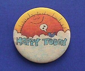 Hallmark-BUTTON-PIN-Vintage-HAPPY-TODAY-BLUEBIRD-Sun-Clouds-1973-PINBACK-FABRIC