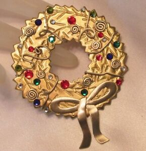 VINTAGE RARE MILTI COLORED RHINESTONE GOLD TONE CHRISTMAS WREATH PIN BROOCH