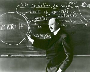 ROBERT-H-GODDARD-TEACHES-AT-CLARK-UNIVERSITY-IN-1924-8X10-PHOTO-EP-553