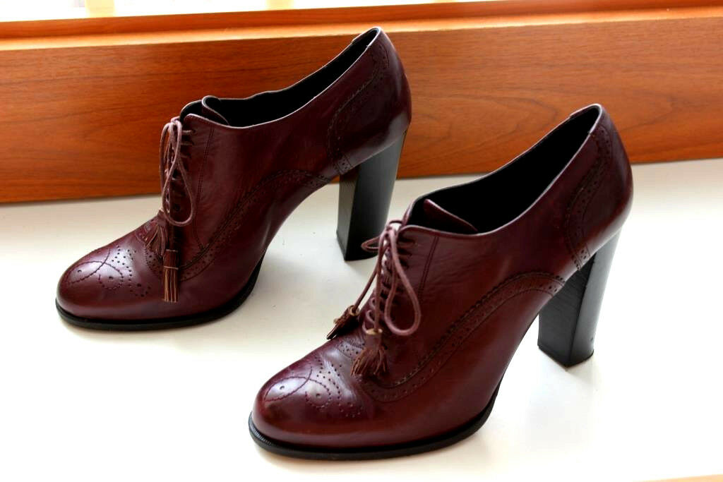Bally Leather Lace Up Heels Oxford shoes Size 40 US 9.5 Used Once