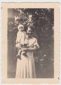 (f25763) Orig. Photo Jeune Femme Avec Enfant Sur Le Bras 1933-afficher Le Titre D'origine Pour Assurer Des AnnéEs De Service Sans ProblèMe