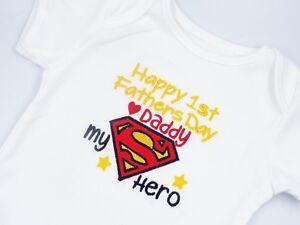 Brodé Superman Mon Héros Papa Happy 1st Fête Des Pères Bavoir Bébé Gilet Sleepsuit-afficher Le Titre D'origine