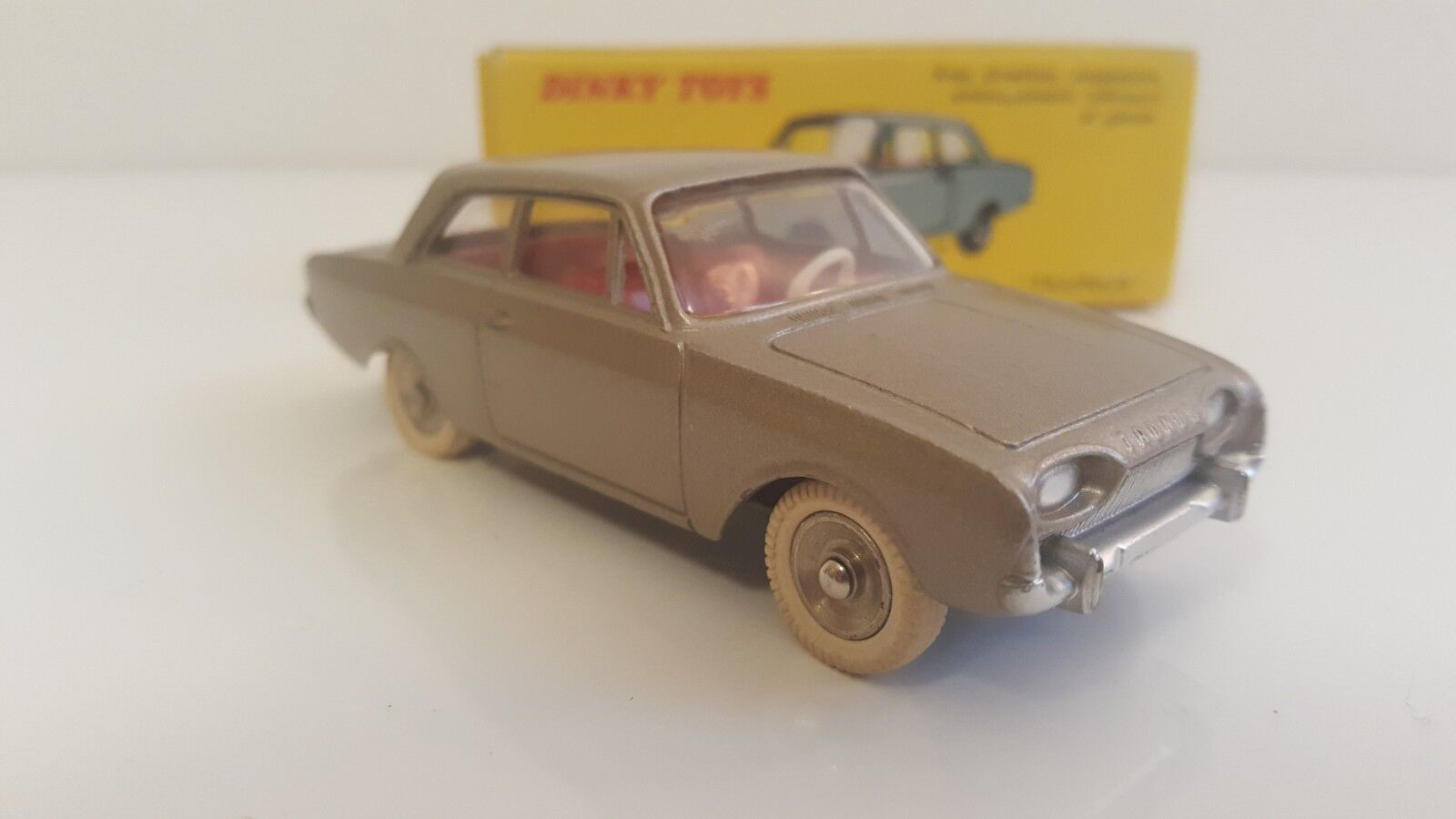 Dinky giocattoli - 559 - Ford Taunus en B.O. (pneus (pneus (pneus nervurés, châssis anodisé) VN Mib 82fb5d