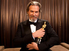 Jeff Bridges UNSIGNED photo - E499 - With Oscar for True Grit