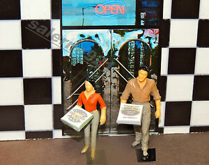 TWO FIGURES exiting ''Vinny's Pizza'' with Pizza 1:24 (G) DIORAMA