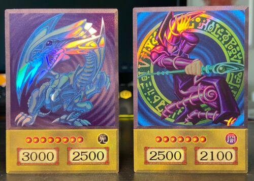 2x YU-GI-OH BLUE-EYES WHITE DRAGON /& DARK MAGICIAN HOLO TV SHOW REPLICA SET