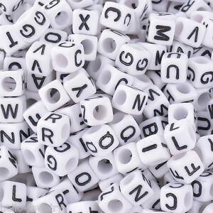 500-Neu-Weiss-Schwarz-Buchstaben-Acryl-Wuerfel-Perlen-Spacer-Beads-6x6mm