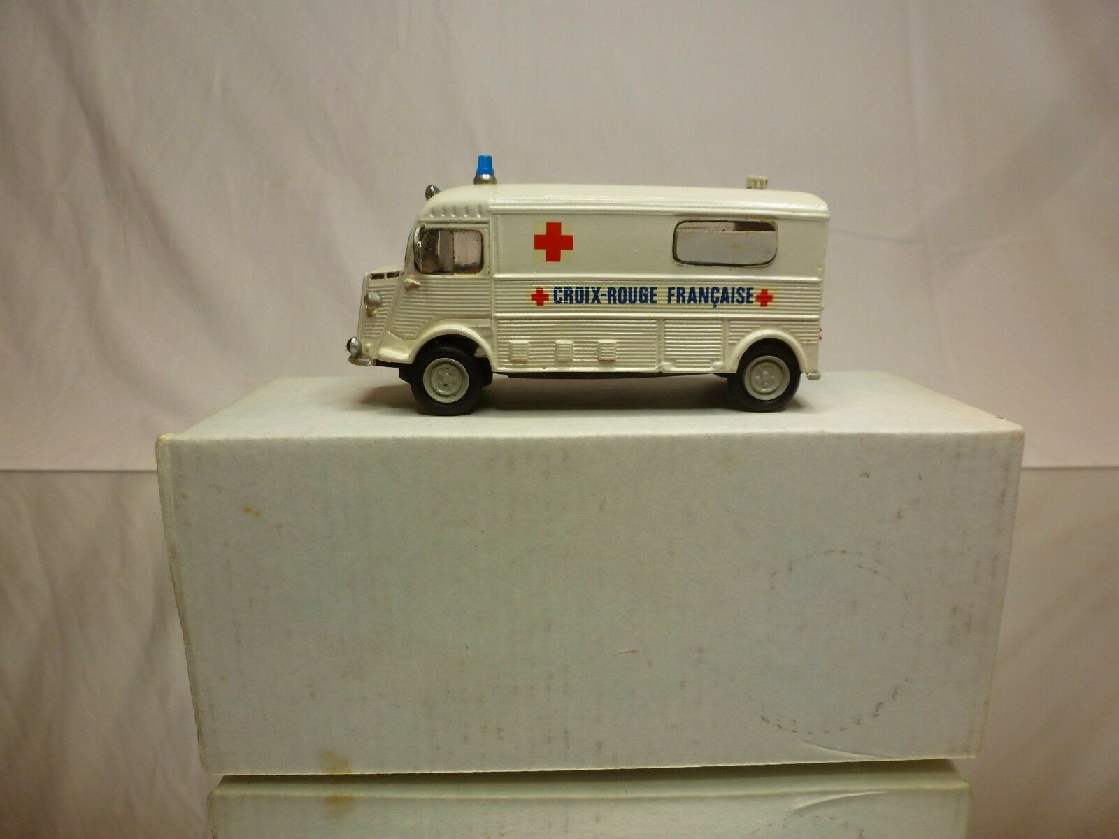 CCC HORS SERIE RESIN KIT (built) CITROEN H CROIX-rot - AMBULANCE 1 43 - RARE