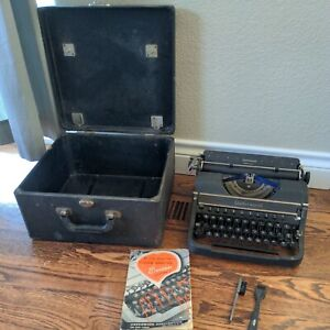 Vintage Underwood Universal Touch Tuning Portable Typewriter w/Case and booklet