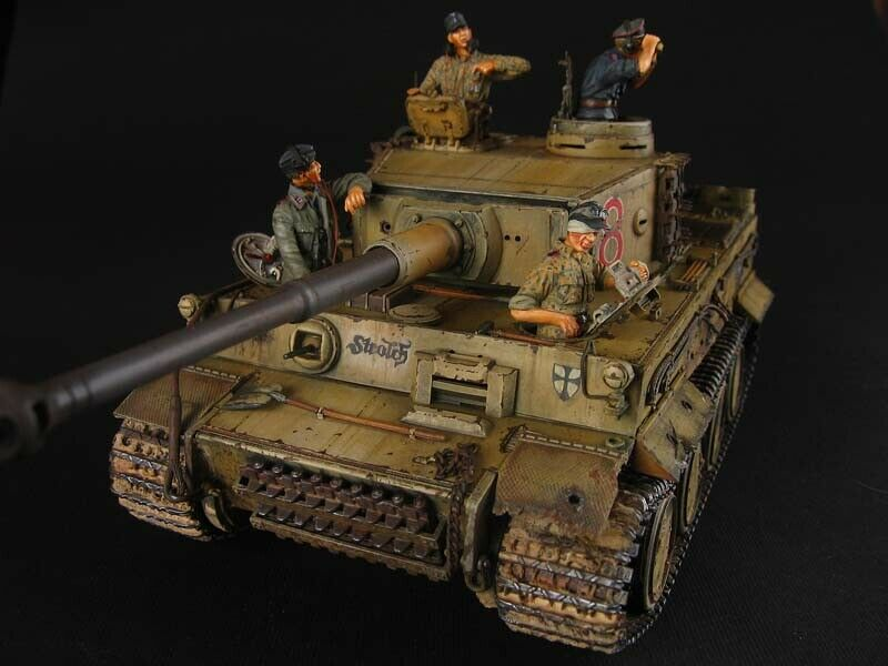 1 35 Built Famous Tiger I Early   Storlch  with 4 figures Crew