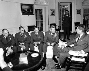 JOHN F AA-759 8X10 PHOTO KENNEDY SPEAKS w// CUBA CRISIS RECON TEAM LEADERS