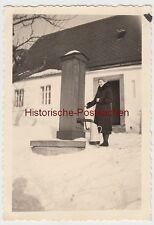 (F10520) Orig. Foto Frau im Winter füllt Wasser an Brunnen mit Handpumpe 1930er
