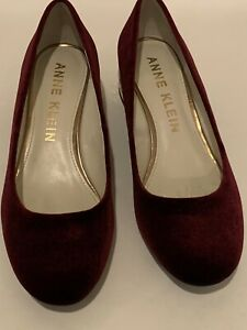 ANNE KLEIN 'Haedyn' Size 9 M Wine Velvet Jeweled Block Heel Pumps. Pre-owned