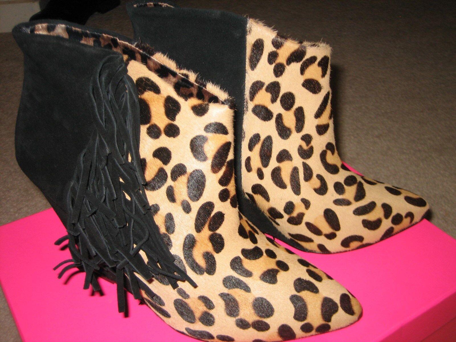 Nueva con caja botas de piel ante de Betsey Johnson. tamaño 7.5 M
