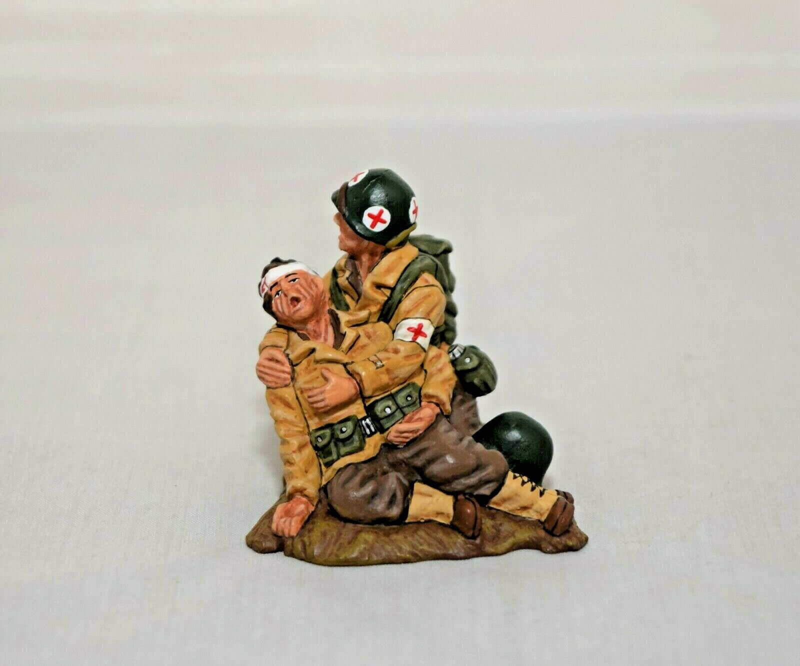 KING KING AND COUNTRY DD011 DD11 - KNEELING MEDIC & WOUNDED  - WWII D-DAY 1 30 SCALE