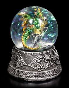 Schneekugel-mit-Drache-Enchanted-Emerald-Fantasy-Glitzerkugel-Deko