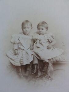 Geschwisterportrait-2-Maedchen-in-Kleidern-Foto-Fotographie-Wettern