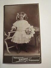 Diedenhofen 1909 stehendes kleines Mädchen im Kleid mit Schleifen im Haar / CDV