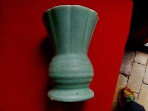 BEAUTIFUL-GREEN-Matte-DIANA-AUSTRALIAN-Pottery-thistle-Vase-11cm-TALL-V334