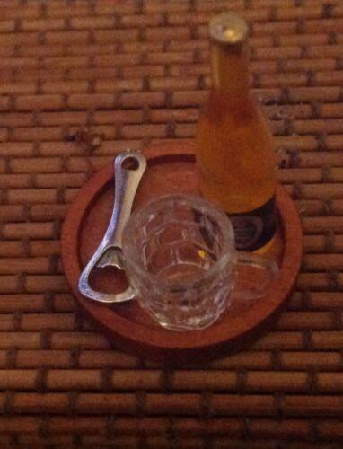 Dolls House Fossetta Beer Glass Bottiglia di birra apribottiglie su vassoio in legno