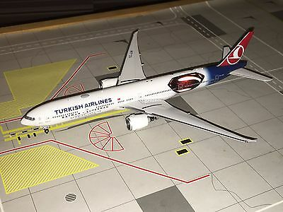 Phoenix 1:400 Turkish Airlines B777-300ER TC-JJN Batman & Superman
