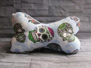Modell-skull-2-Leseknochen-Nackenkissen-Stuetzkissen-Reisekissen-Neck-Pillow